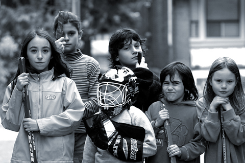 Kids playing road hockey By Spacing Magazine, http://www.flickr.com/photos/spacing/2126966039/